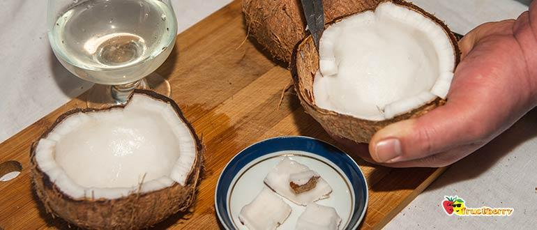 отделяем мякоть кокоса