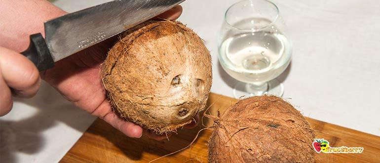 открыть кокос ножом